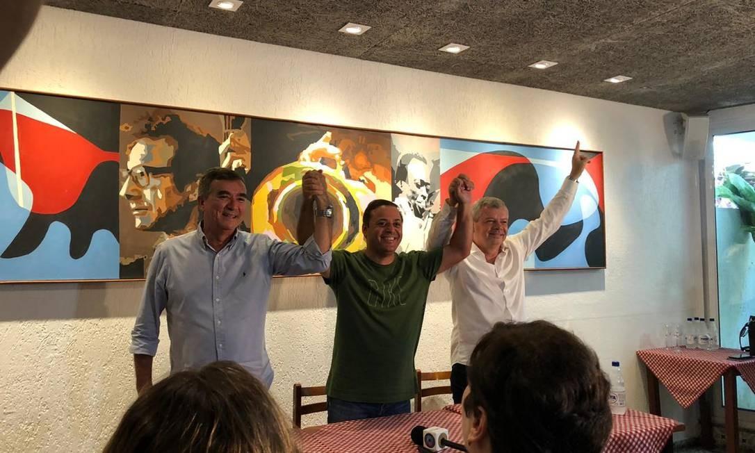 O prefeito Rodrigo Neves entre seus candidatos à prefeitura: Axel Grael (à sua esquerda) e Paulo Bagueira (à direita). Foto: Carolina Ribeiro / Agência O Globo