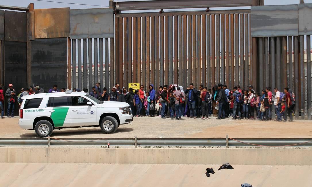 Imigrantes centro-americanos são detidos agentes de imigração americanos na fronteira com o México Foto: HERIKA MARTINEZ / AFP/09-01-2020
