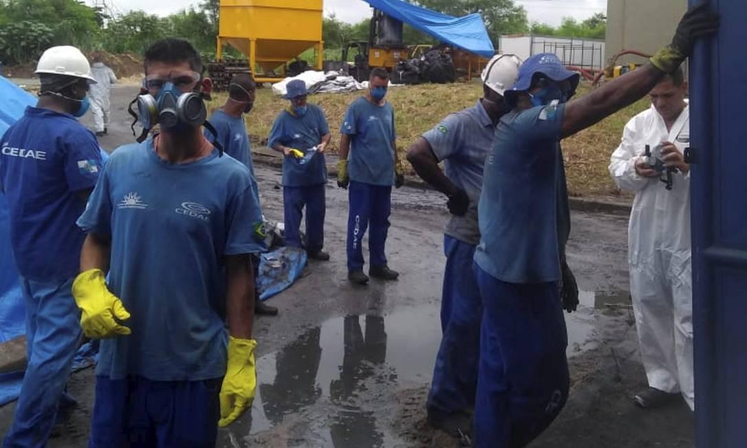 Na segunda-feira, presidiários da Fundação Santa Cabrini, que trabalham na Cedae, denunciaram que estão trabalhando em péssimas condições na colocação do carbono ativado no tratamento da água Foto: Divulgação