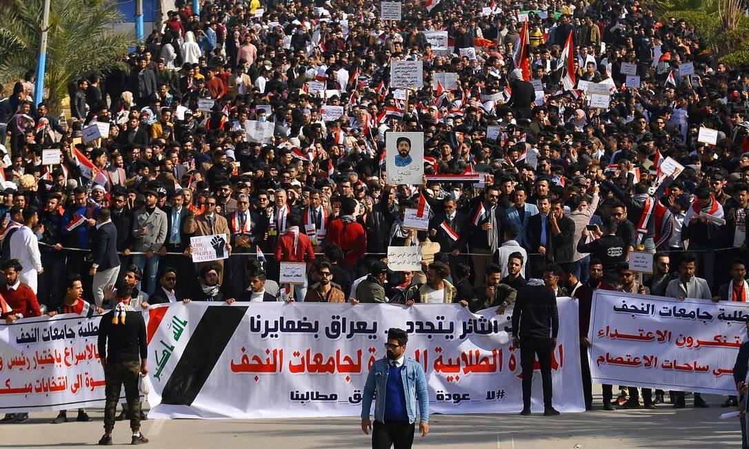 Cartazes em árabe dizem que movimento estudantil reacendeu a vontade de fazer revolução, e cobram antecipação das eleições de 2022 Foto: Haidar Hamdani / AFP