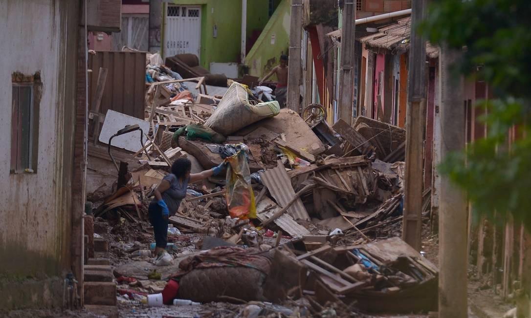 População começa a trabalhar para limpar rastro de destruição em Raposos Foto: O Tempo / Agência O Globo