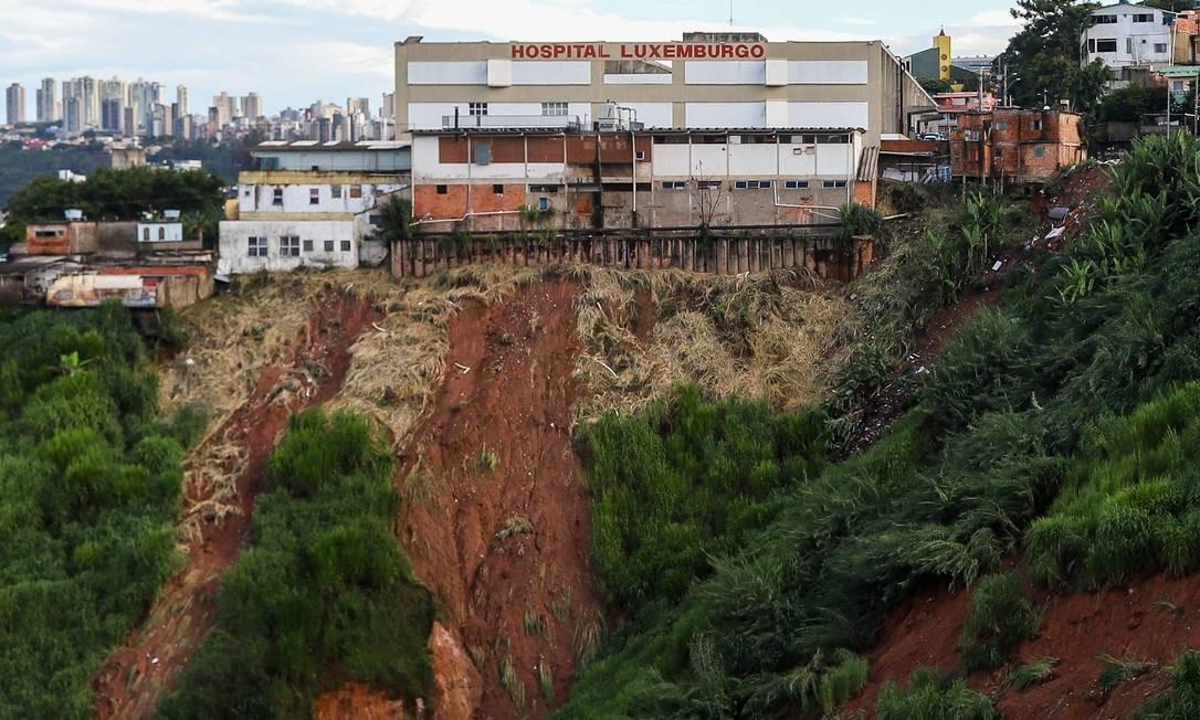 Área com risco de deslizamento de terra atrás do hospital Luxemburgo, em Belo Horizonte Foto: Flávio Tavares / O Tempo / via Agência O Globo