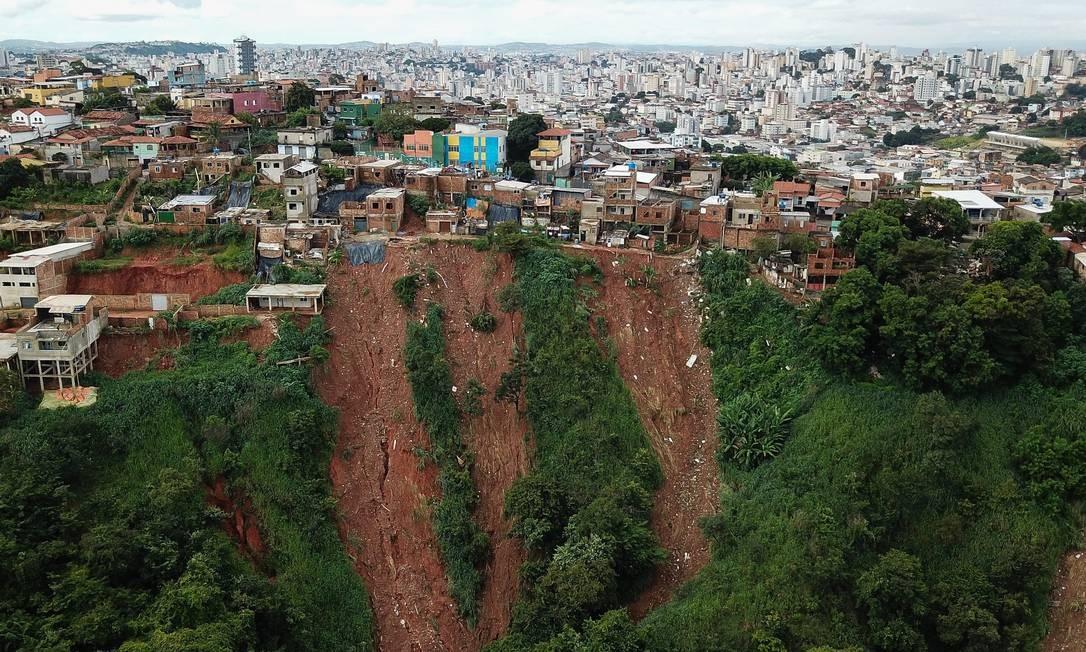 Risco de deslizamento de terra no bairro Havaí, encosta abaixo do Aglomerado Ventosa Foto: Flávio Tavares / O Tempo / via Agência O Globo