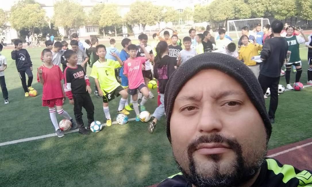 Marcelo Alves Vasconcelos trabalha como treinador de futebol em escolas da China Foto: Arquivo pessoal