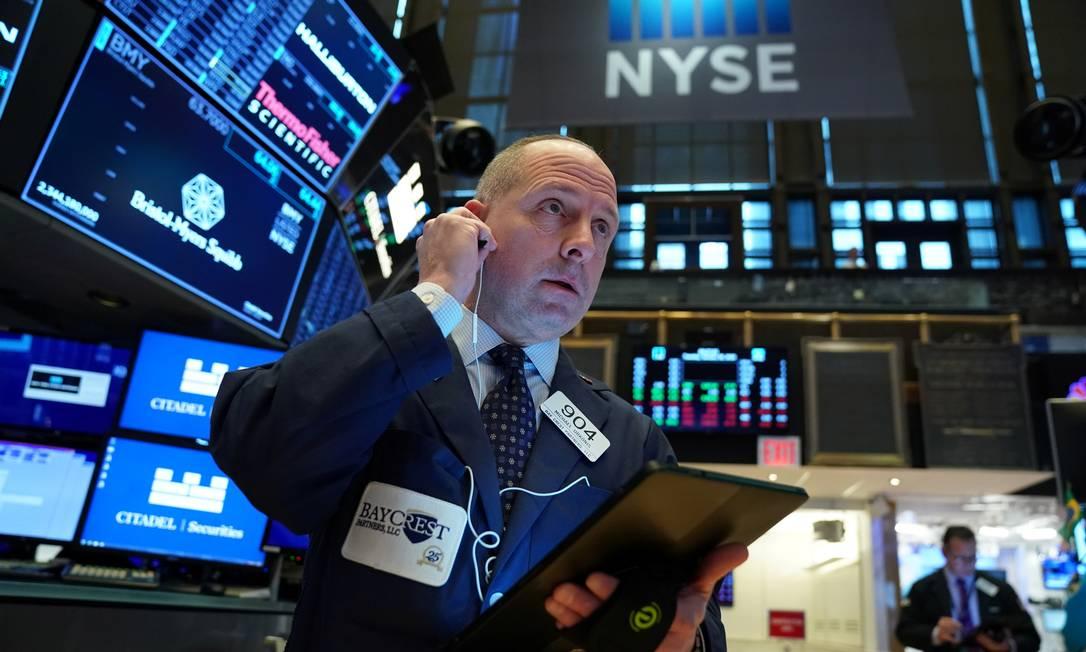 Operador da Bolsa de Nova York acompanha o desempenho das ações nesta terça-feira Foto: Bryan R.Smith / Reuters
