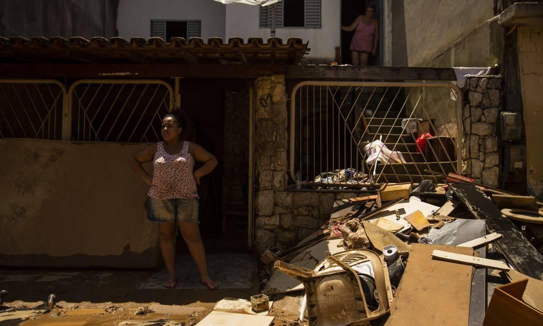 Estragos causados pela cheia do rio em rua em bairro de Porciúncula - RJ Foto: Gabriel Monteiro / Agência O Globo