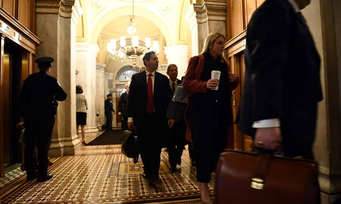 Integrantes da defesa de Donald Trump no Senado chegam ao plenário para o último dia de argumentações orais no plenário Foto: BRENDAN SMIALOWSKI / AFP