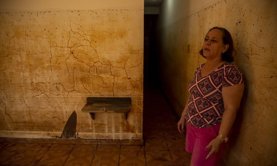 Marlene Assis construiu um segundo andar na própria casa, em Natividade. As marcas nas paredes mostram que o primeiro pavimento foi tomado pela água Foto: Gabriel Monteiro / Agência O Globo