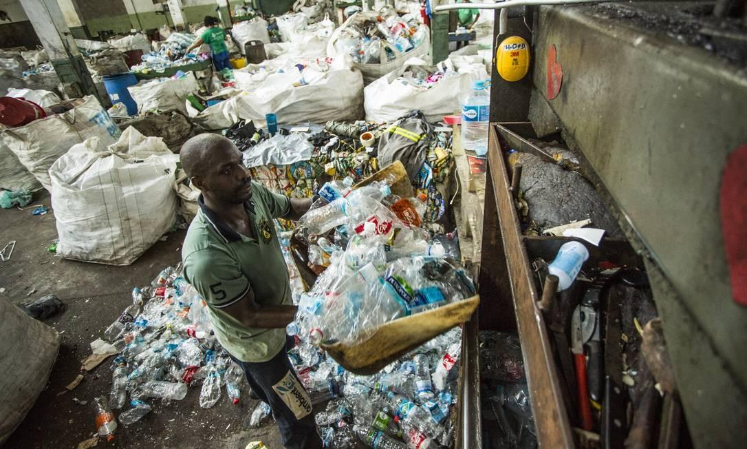 Preço pago pela indústria diminuiu, devido ao aumento da oferta do material reciclável Foto: Guito Moreto / Agência O Globo