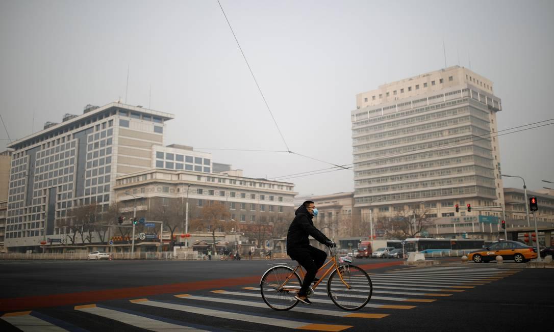 Irreconhecível. O surto do novo coronavírus deixou a capital chinesa com ares de cidade fantasma Foto: Carlos Garcia Rawlins / Reuters