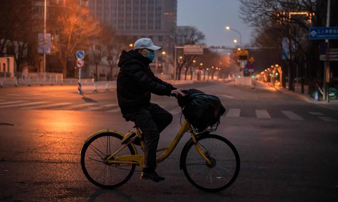 Surto do novo coronavírus pode atingir seu pico em alguns dias, informou especialista do governo chinês Foto: Nicolas Asfouri / AFP