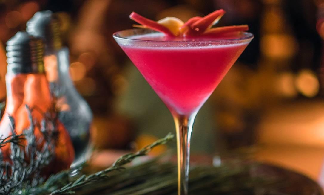 Toruk: Hibiscus - Capim-limão, caju, chá de hibisco, gengibre, gim, limão siciliano Foto: Divulgação/Matheus Ramos