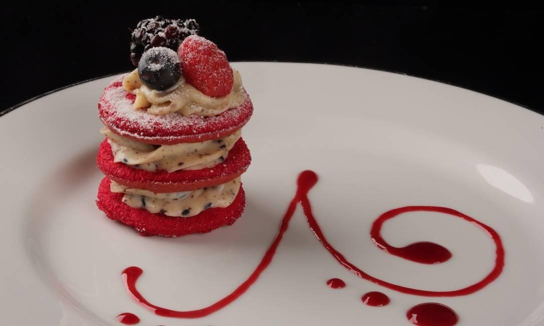 BS Bistrô: Bolo red velvet com ganache de chocolate branco e calda de frutas vermelhas Foto: Divulgação/José Renato Antunes