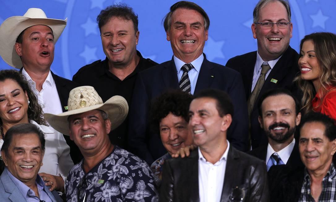 O presidente Jair Bolsonaro em encontro com cantores sertanejos e artistas, no Palácio do Planalto Foto: Jorge William / Agência O Globo
