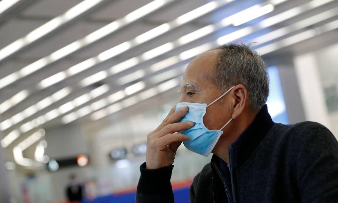 Passageiro usa máscara em estação de trem em Hong Kong. Foto: TYRONE SIU / REUTERS