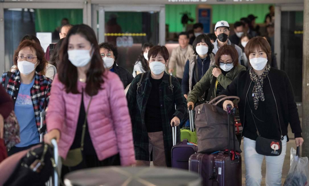 Passageiros desembarcam de voo proveniente da China em Los Angeles. Estudo avaliou incubação da Covid-19 em pessoas que saíram de Wuhan, epicentro da epidemia Foto: MARK RALSTON / AFP