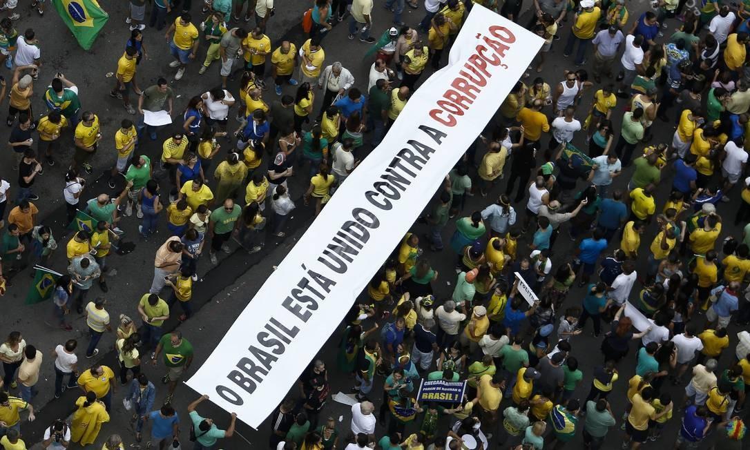 Menos de 20% da população brasileira expressam satisfação com instituições democráticas Foto: Miguel Schincariol / AFP/ 15-05-2013