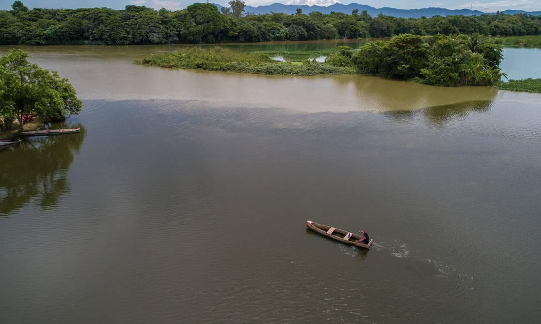 Imagem aérea do Rio Guandu, que capta água de vários mananciais para abastecer o Rio e Baixada Foto: Brenno Carvalho / Agência O Globo