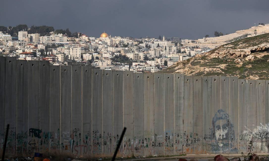 Domo da Rocha visto por cima de muro no vilarejo palestino de Abu Dis, na Cisjordânia ocupada por Israel; território é proposto como capital palestina no plano de paz do presidente Donald Trump para o Oriente Médio Foto: EMMANUEL DUNAND / AFP