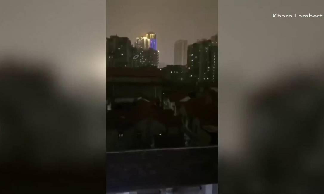 Moradores cantam e gritam em Wuhan, China Foto: BBC News Brasil