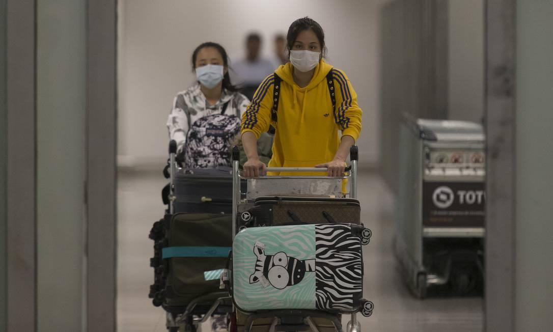 Temendo contágio pelo coronavírus, passageiros vindos de países asiáticos desembarcam com máscaras no Aeroporto Internacional de Guarulhos, em SP Foto: Edilson Dantas / Agência O Globo