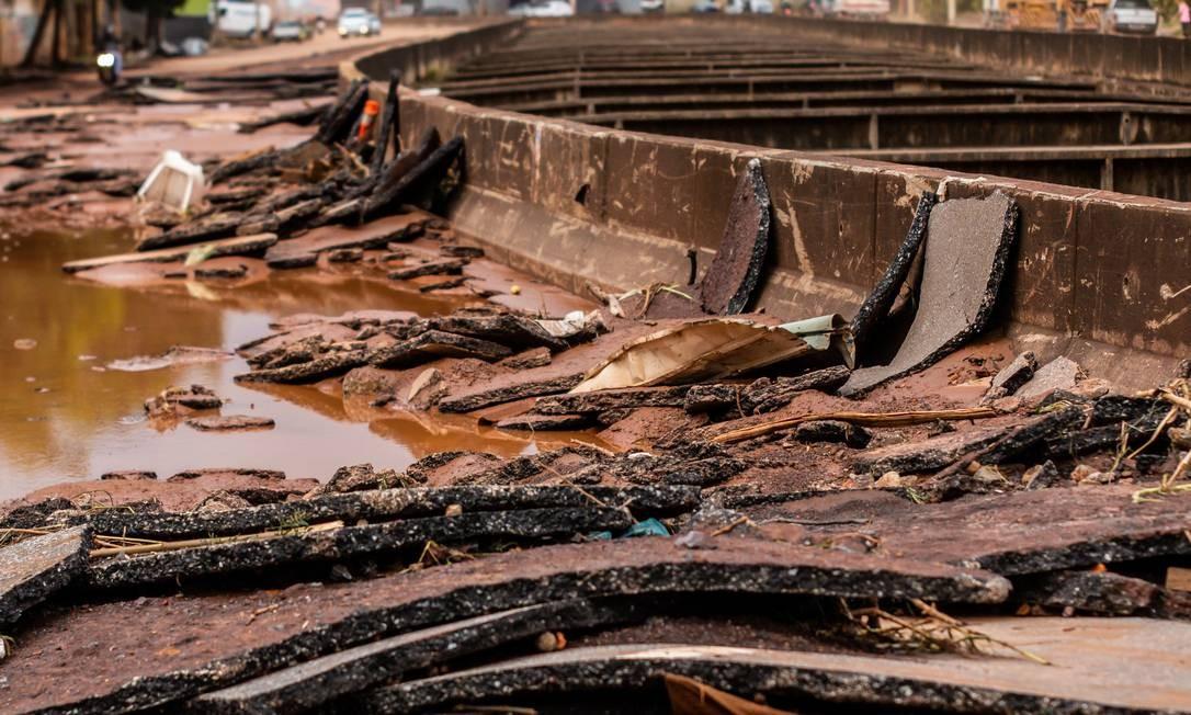 Placas de asfalto foram arrancadas e muita destruição foi causada pelas fortes chuvas que atingem Belo Horizonte e Região Metropolitana Foto: Dudu Macedo / Agência O Globo