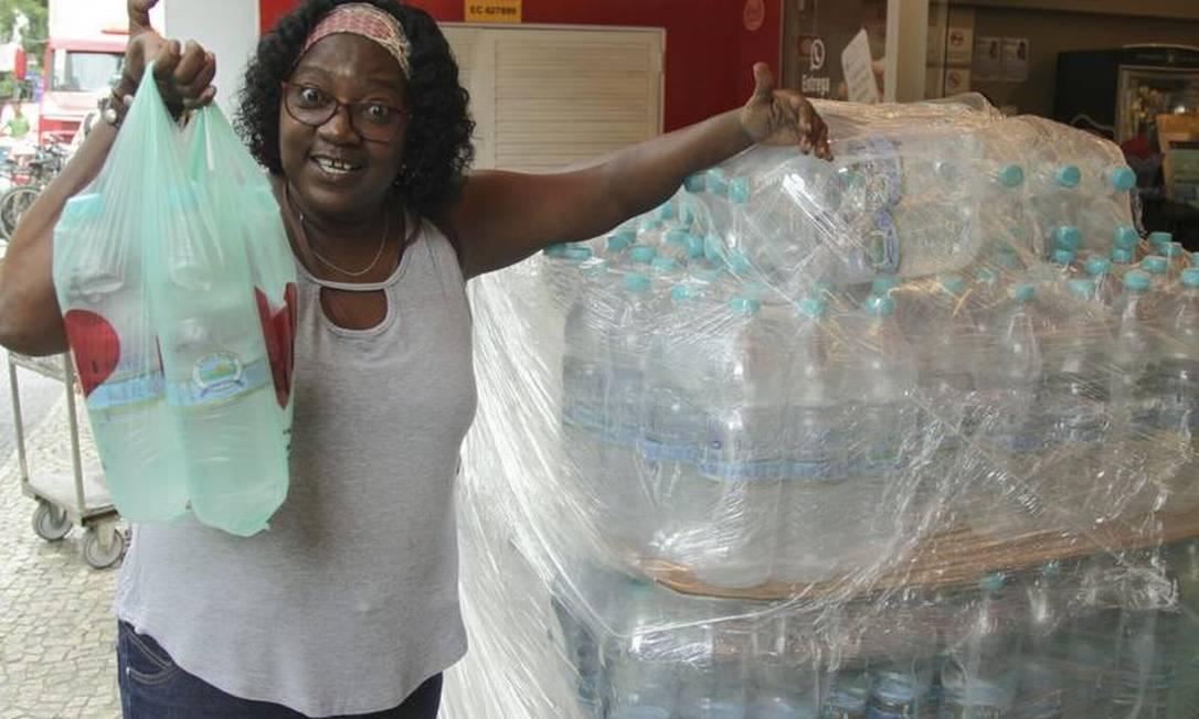 A auxiliar de cobrança Eliete Rosa, de 56 anos, manteve nesta quarta-feira a rotina de ir ao mercado em Laranjeiras. 'Nem o meu cachorro bebe essa água ruim', disse Foto: Gabriel de Paiva / Agência O Globo