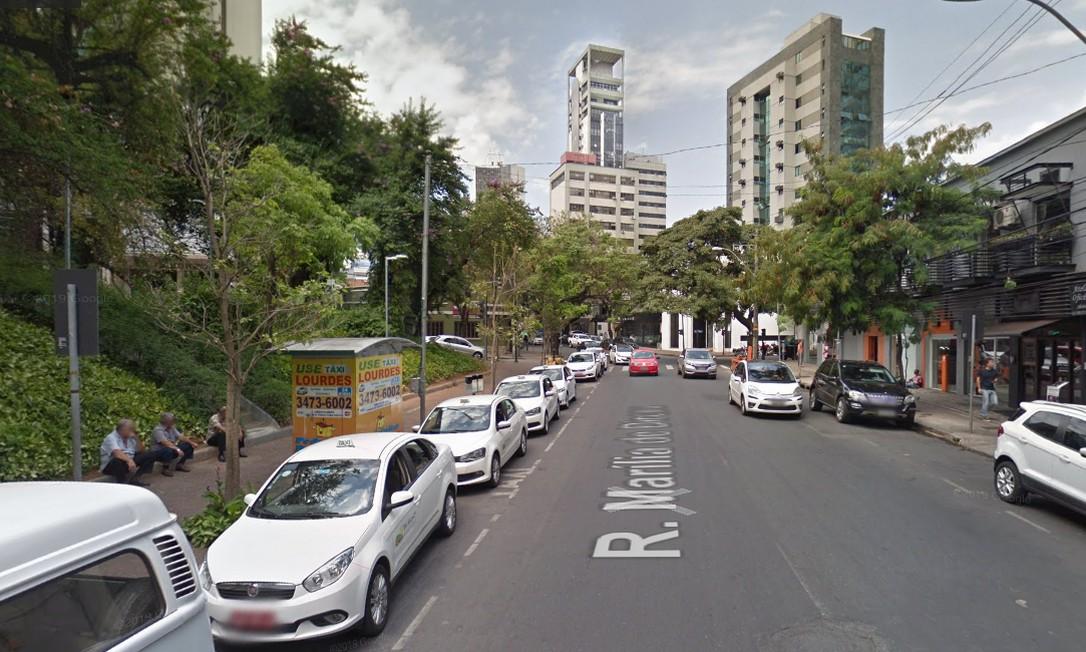 ANTES: Rua Marília Dirceu, no entorno da Praça João Luiz Alves, em Lourdes, Belo Horizonte Foto: Reprodução / Google Street View