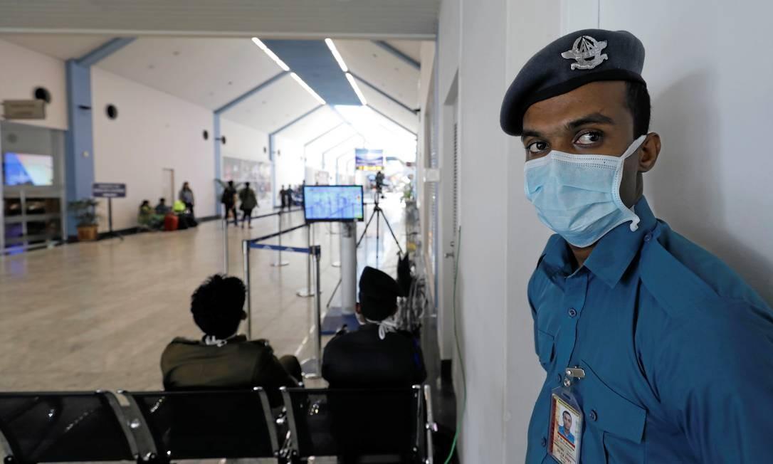 Agente de segurança usa máscara em aeroporto internacional do Sri Lanka. Foto: DINUKA LIYANAWATTE / REUTERS
