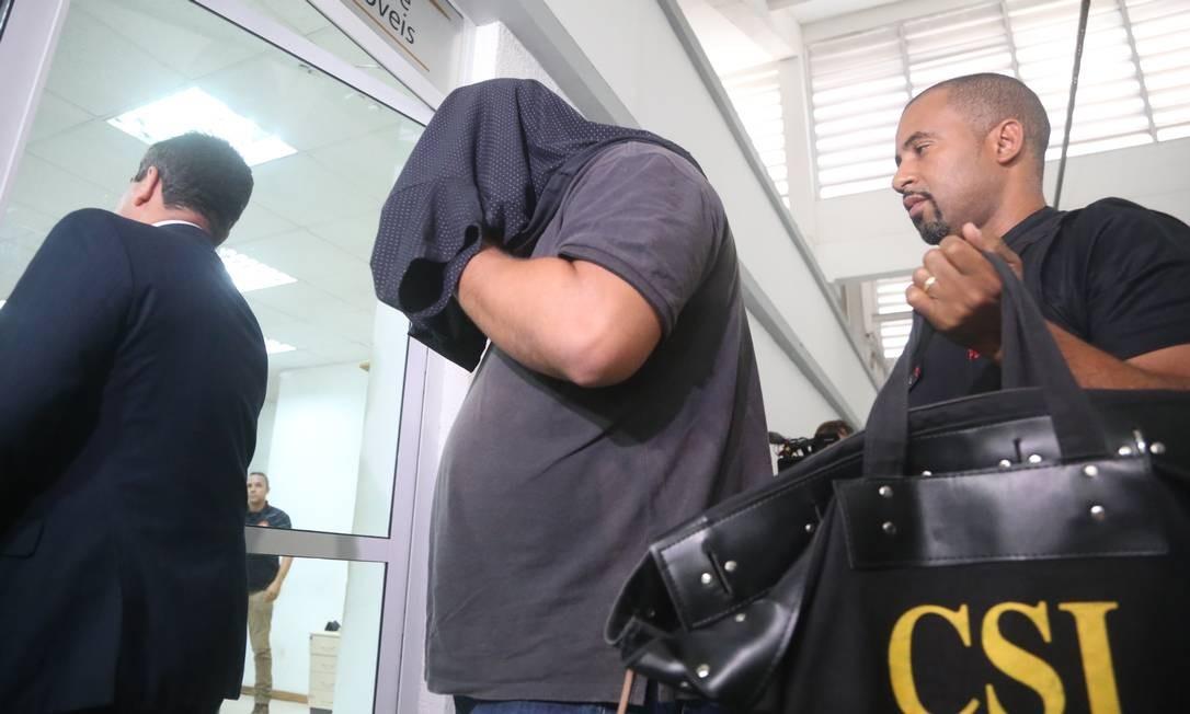 Um dos suspeitos na Cidade da Polícia Foto: Fabiano Rocha / Agência O Globo