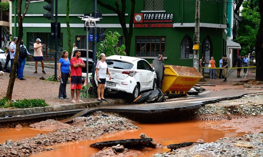 Carros danificados, ruas esburacadas e cobertas de lama após chuva causar alagamento na região do bairro Lourdes, na cidade de Belo Horizonte (MG), nesta quarta-feira Foto: Ramon Ricardo / Futura Press