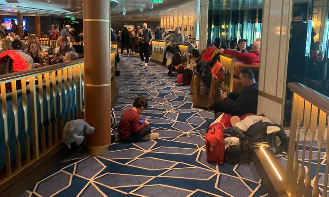 Dentro da embarcação, passageiros, incluindo crianças Foto: Reprodução/Twitter