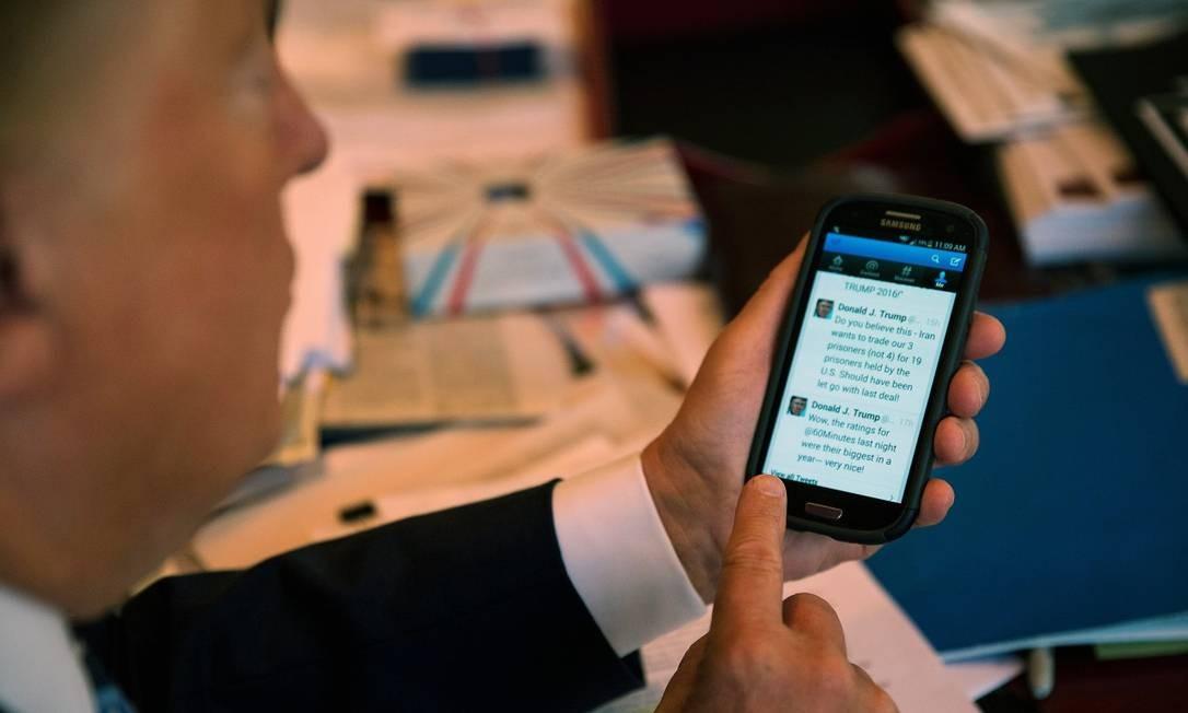 Trump, durante a campanha presidencial de 2016, usando o Twitter em seu celular Foto: Josh Haner / New York Times / 29-09-2015