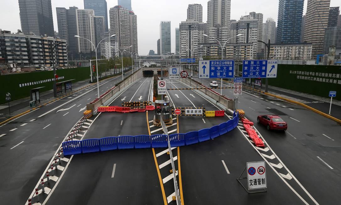 Entrada do túnel que passa sob o rio Yangtzé em Wuhan foi bloqueada por autoridades para evitar que a circulação de pessoas espalhe mais o coronavírus Foto: CHINA DAILY / REUTERS
