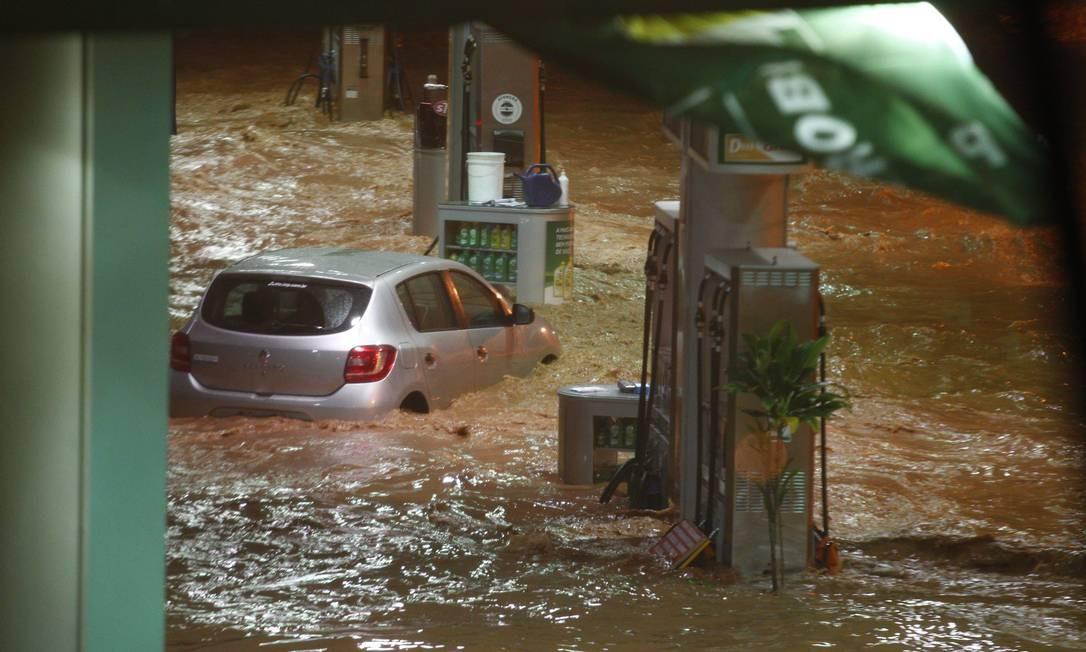 Na avenida Prudente de Morais no bairro de Cidade Jardim, região Centro-Sul de Belo Horizonte, carros foram arrastados pela enchente Foto: Alexandre Mota / O Tempo