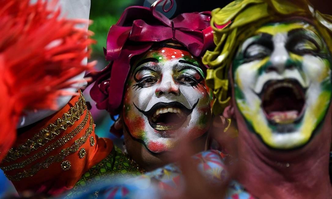 Integrantes de um grupo de murga, uma das expressões culturais mais tradicionais do carnaval uruguaio, durante o desfile de abertura da folia em Montevidéu Foto: Pablo Porciuncula / AFP