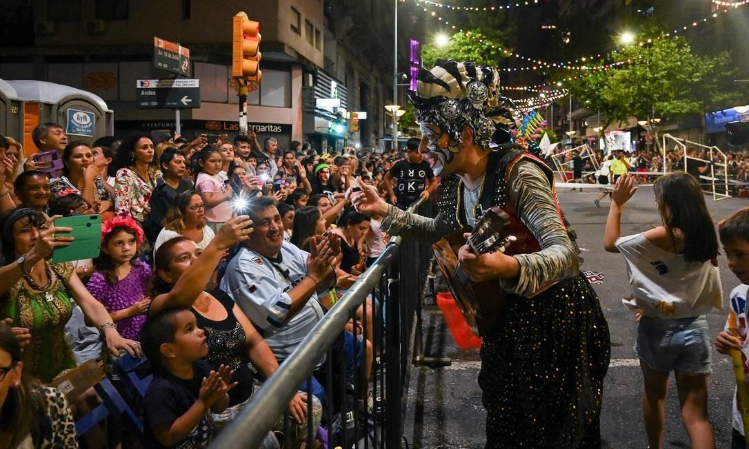 O público presente na Avenida 18 de Julio, a principal de Montevidéu, para o desfile que abriu o carnaval na cidade Foto: Pablo Porciuncula Brune / AFP