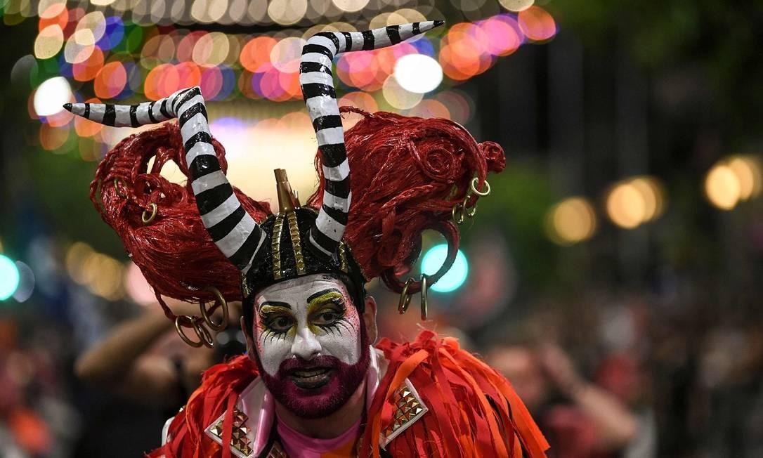 Um folião devidamente fantasiado durante o desfile inaugural do carnaval de Montevidéu Foto: Pablo Porciuncula Brune / AFP