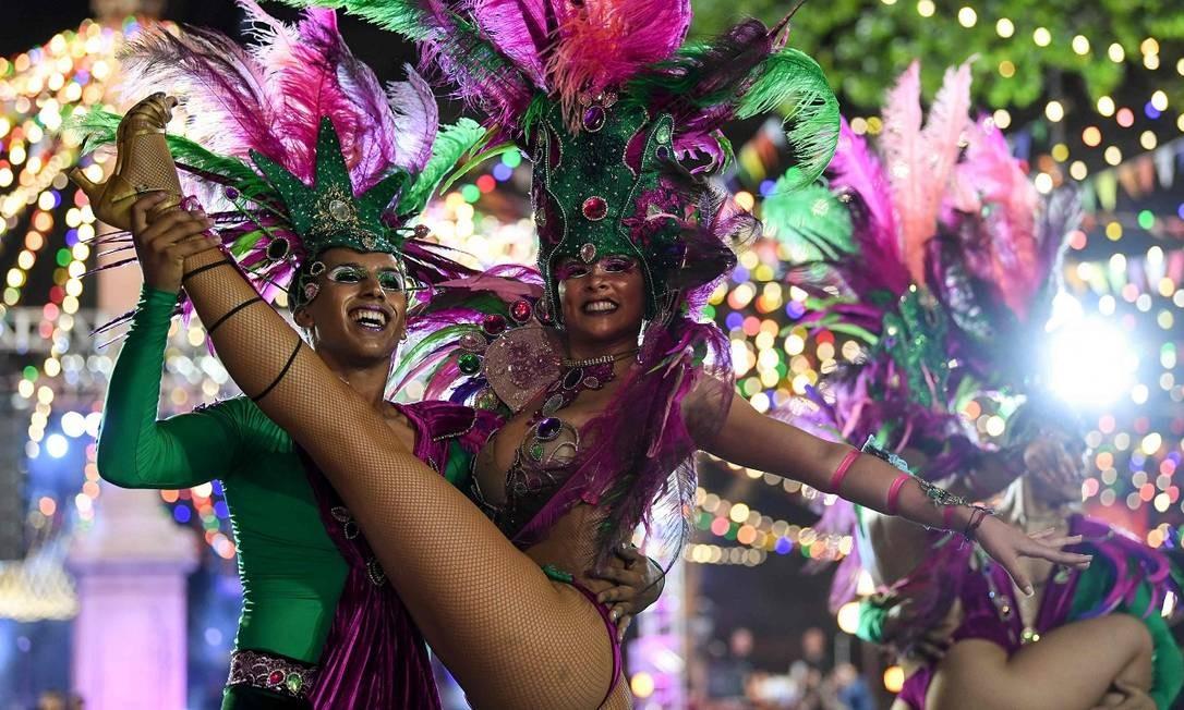 Parece desfile da Mangueira, mas são passistas de uma das escolas de samba de Montevidéu, que também se apresentaram na abertura oficial do carnaval, que vai até 17 de março Foto: Pablo Porciuncula / AFP