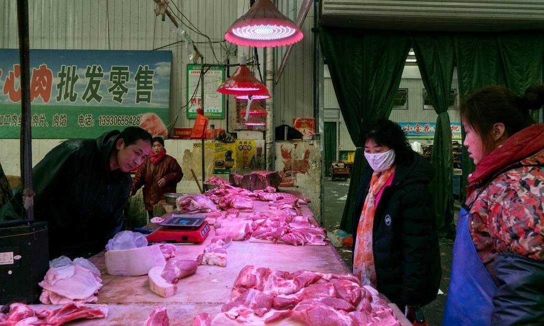 Mercado em Langfang, ao Sul de Pequim, na véspera da restrição à venda de animais Foto: Giulia Marchi / The New York Times