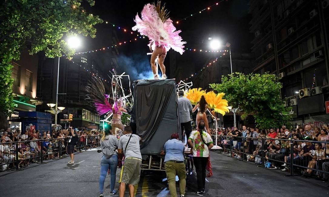 Já o desfile oficial das escolas de samba aconteceu no dia 24 de janeiro, na mesma 18 de Julio, com direito a carros alegóricos Foto: Eitan Abramovich / AFP
