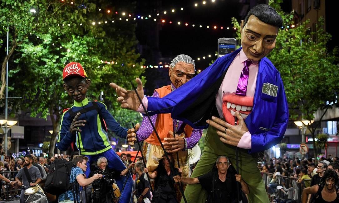 Bonecos gigantes, no melhor estilo de Olinda, também participaram da abertura oficial do carnaval de Montevidéu Foto: Pablo Porciuncula / AFP