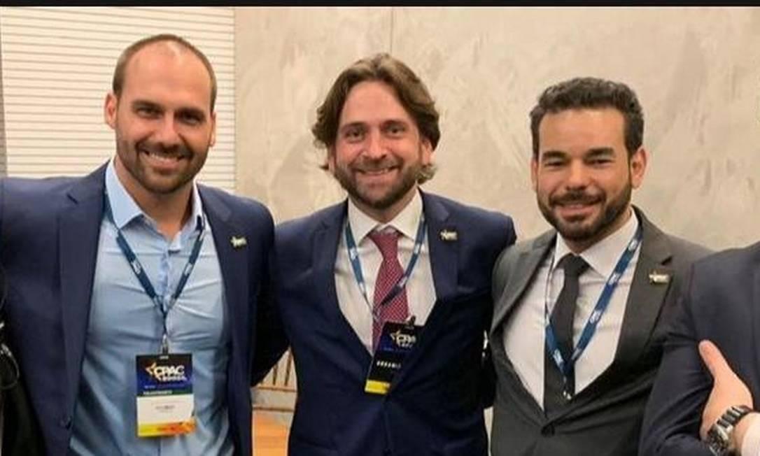 À direita de Eduardo Bolsonaro, Santini e o apadrinhado Sérgio Camargo Foto: Reprodução
