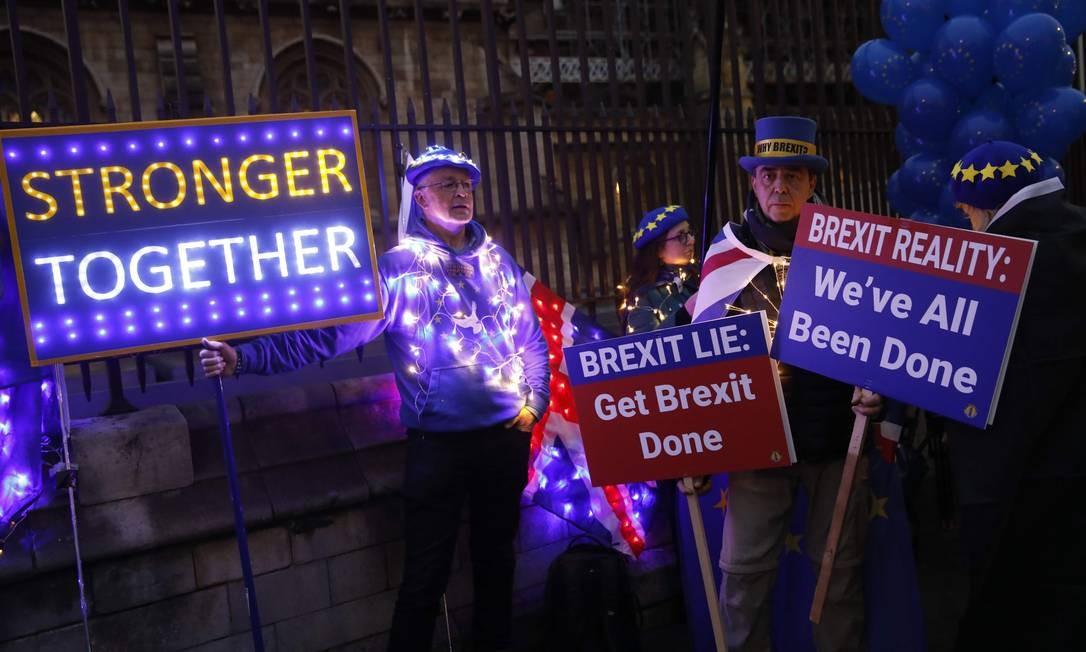 Manifestantes anti-Brexit exibem letreiros iluminados próximo ao Parlamento em Londres Foto: TOLGA AKMEN / AFP/30-1-2020