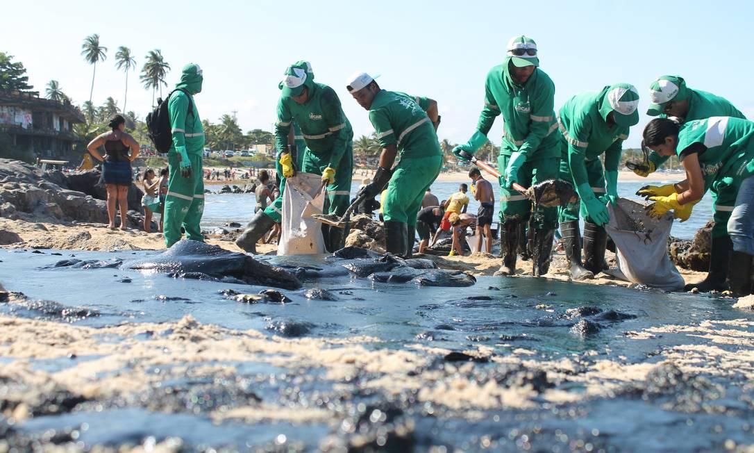 Em ação. Voluntários retiram o óleo que invadiu praias do Nordeste: grupo reuniu pessoas dispostas a ajudar Foto: Pedro de Paula / Agência O Globo