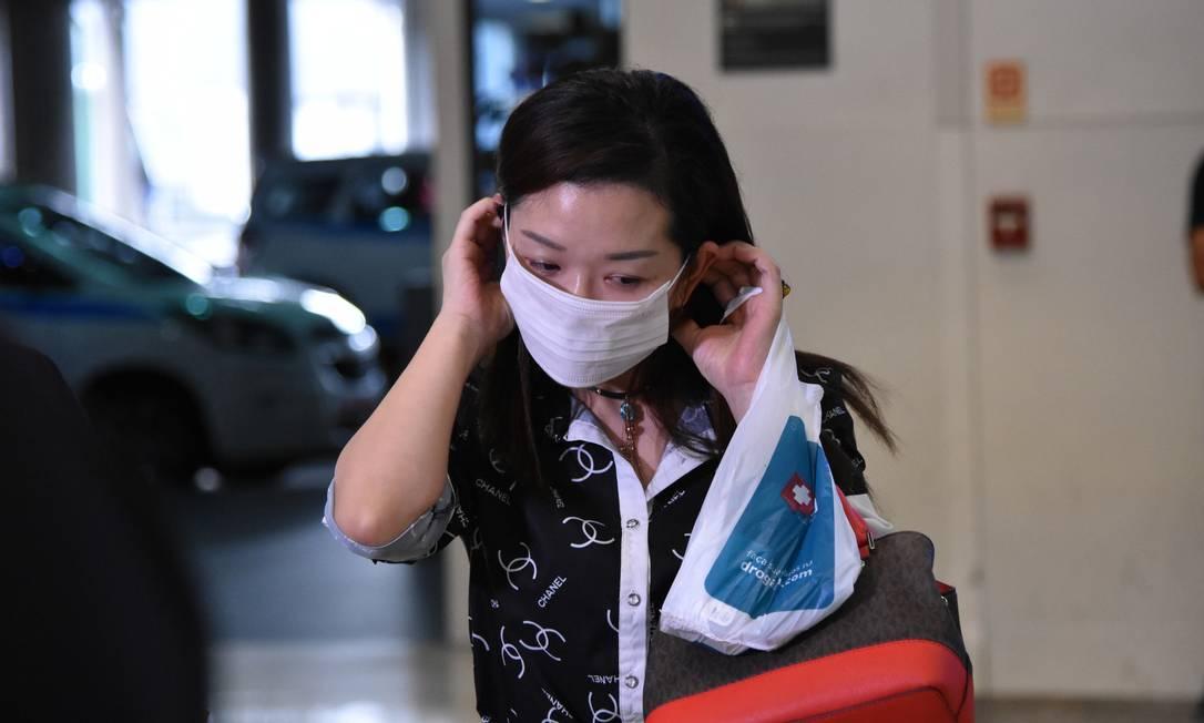 Passageira usa máscara de proteção contra coronavírus no Aeroporto Internacional de Guarulhos Foto: Fotoarena / Agência O Globo