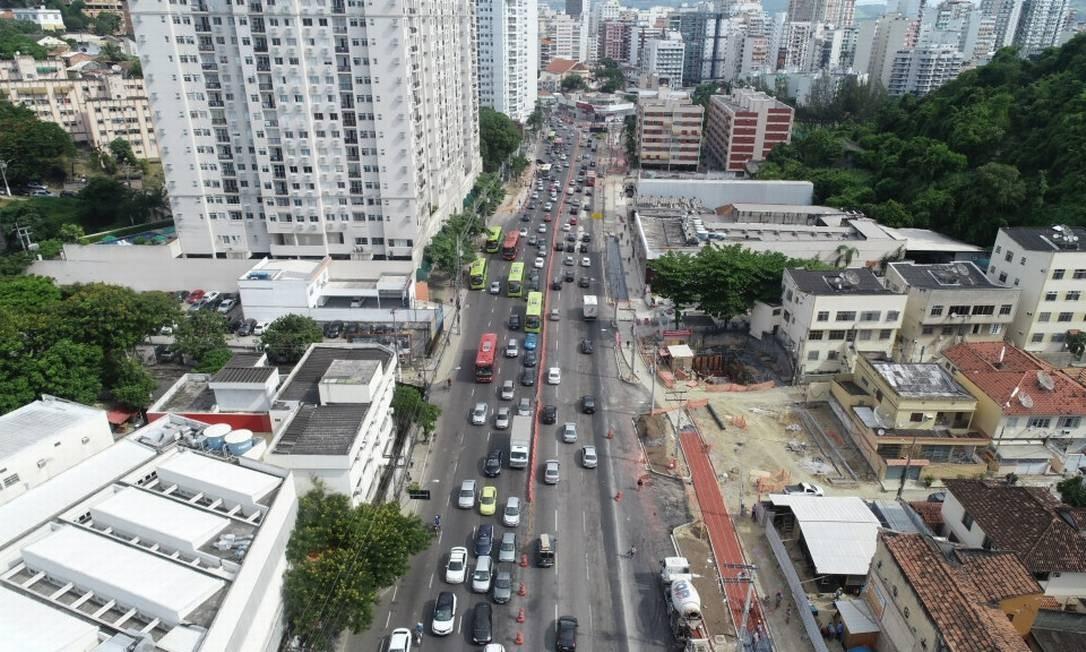 No alto da foto, sentido Centro, parte da rua interditada na Avenida Marquês do Paraná, em Niterói Foto: Leonardo Simplício / Divulgação