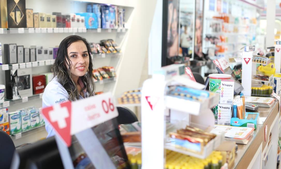 Oportunidade: após passar dois anos sem emprego, a comerciária Adriana Torres conseguiu uma vaga em novembro Foto: Pedro Teixeira / Agência O Globo