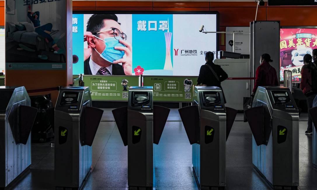Propaganda do governo Chinês que ensina medidas de proteção contra o vírus é exibida em painel eletrônico no metrô da cidade Foto: Diego Herculano / Agência O Globo