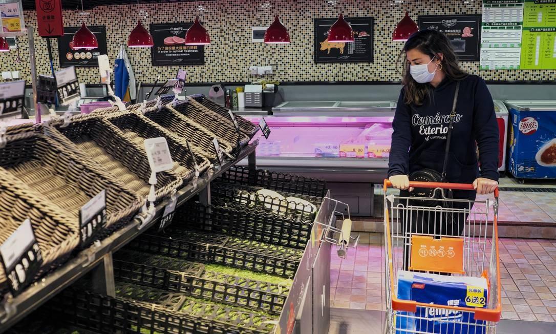 A gaúcha Eduarda Justo, 26 anos, estudante do curso de Mandarim na Universidade de Estudos Estrangeiros de Cantão, durante as compras em um supermercado dentro do campus. Depois que o gorverno Chinês recomentou que as pessoas não consumissem alimentos frescos, supermercados deixaram de fornecer grande parte desses alimentos Foto: Diego Herculano / Agência O Globo